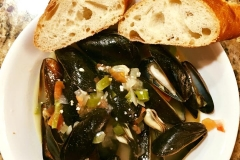Steamed mussels in white wine with garlic